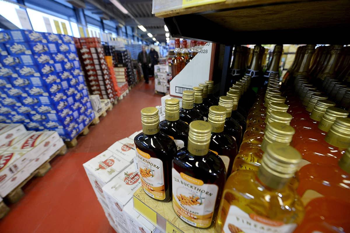Alkoholimyymälä SuperAlko Tallinnassa. Edessä näkyy likööripulloja.