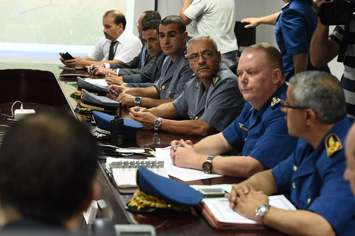 Malissa kadonneen lentokoneen tilannetta puitiin kriisikokouksessa Houari-Boumedienen kansainvälisellä lentokentällä Algiersissa 24. heinäkuuta 2014.