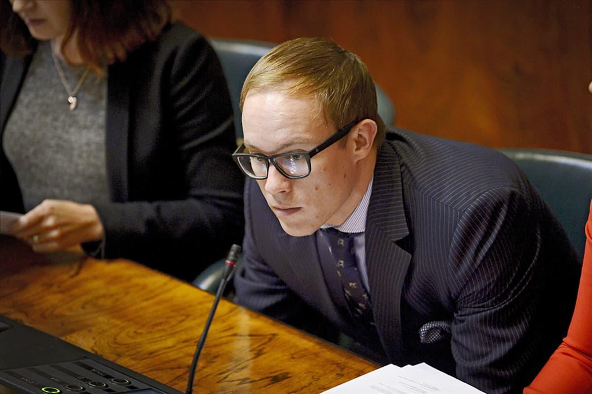 Kokoomuksen kansanedustaja Lasse Männistö eduskunnan kyselytuntunnilla 4. syyskuuta 2014.