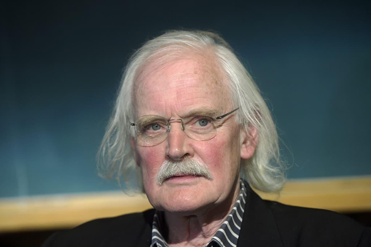 Pilapiirtäjä Willem paneelikeskustelussa Helsingissä maanantaina.