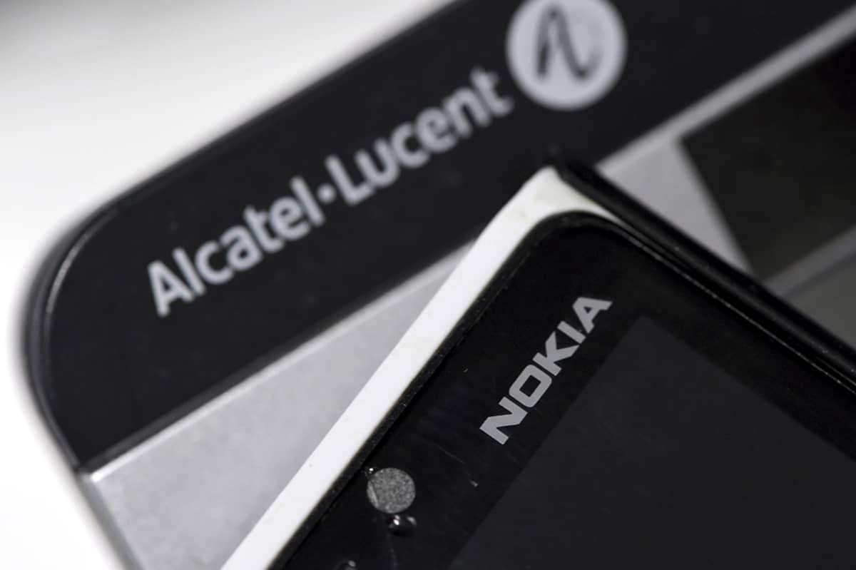 Alcatel-Lucent pöytäpuhelin ja Nokian matkapuhelin