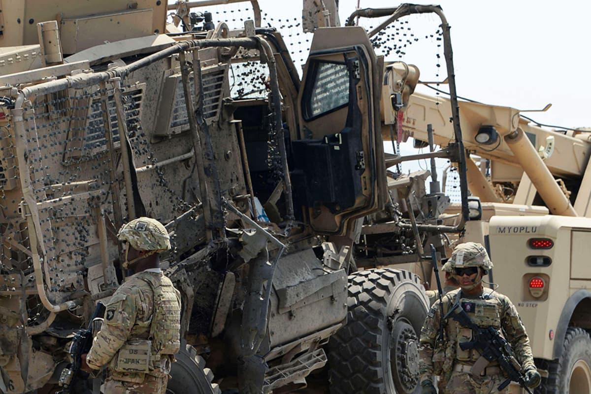 Sotilaita pommin räjähdyspaikalla.