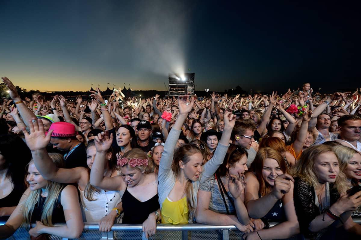 Yleisöä Ellie Gouldingin keikalla Ruisrockissa Turussa perjantaina 3. heinäkuuta 2015.
