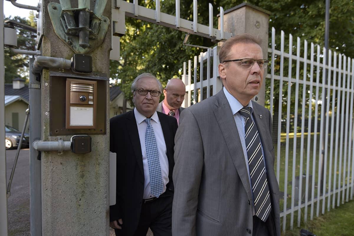 SAK:n puheenjohtaja Lauri Lyly, Akavan puheenjohtaja Sture Fjäder ja STTK:n puheenjohtaja Antti Palola Kesärannassa.