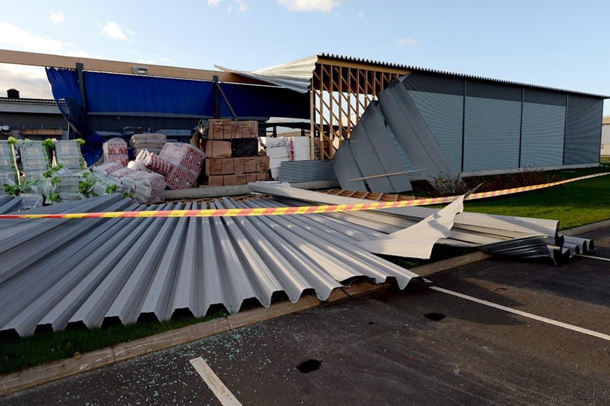 Pohjois-Pohjanmaalla Ylivieskassa rautakaupan varaston seinä ja katto irtosivat tuulen voimasta 2. lokakuuta.