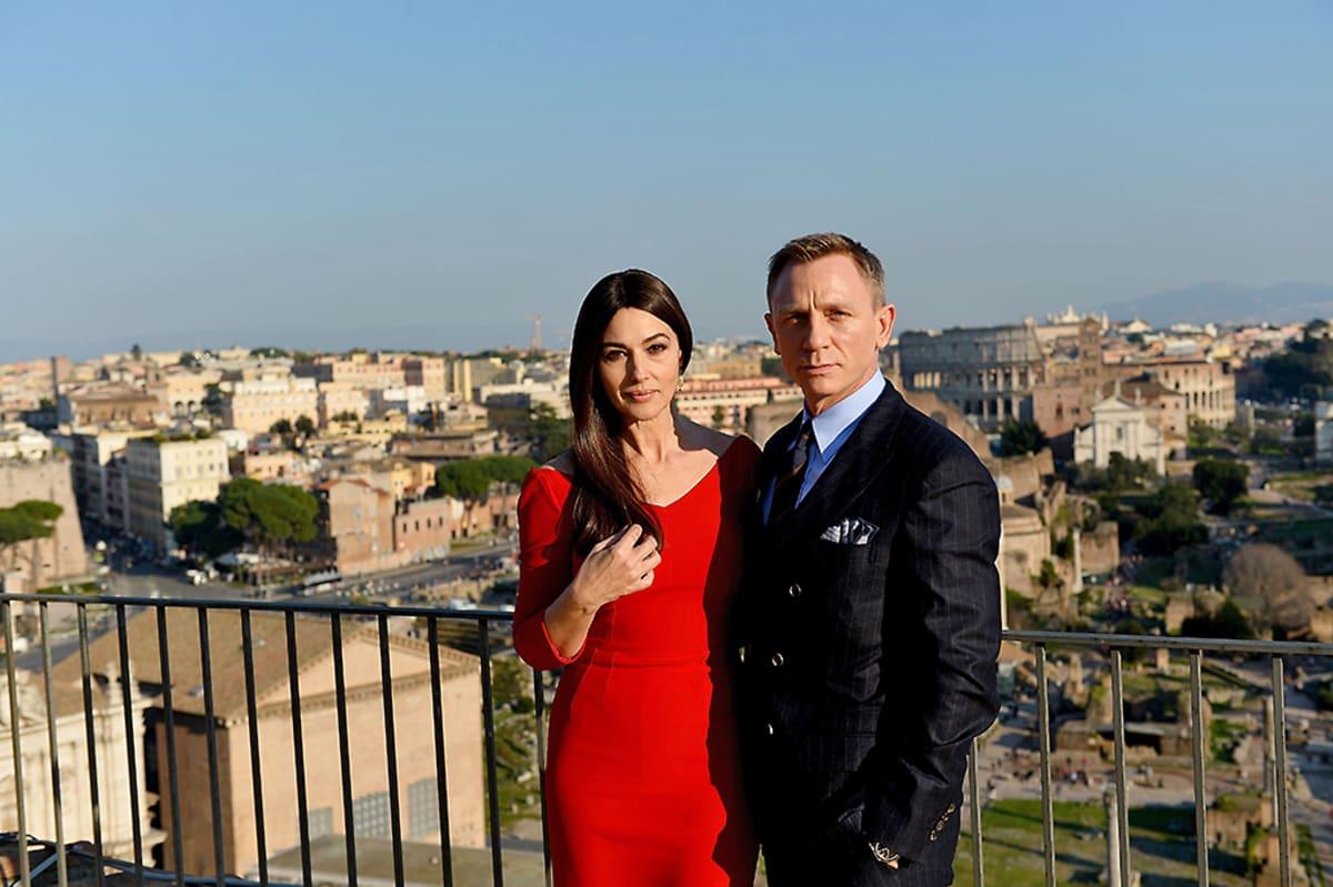 Italialainen näyttelijätär Monica Bellucci ja James Bondia esittävä Daniel Craig poseerasivat valokuvaajille Italiassa helmikuussa 2015 uusimman Bond-elokuvan kuvauksien yhteydessä.