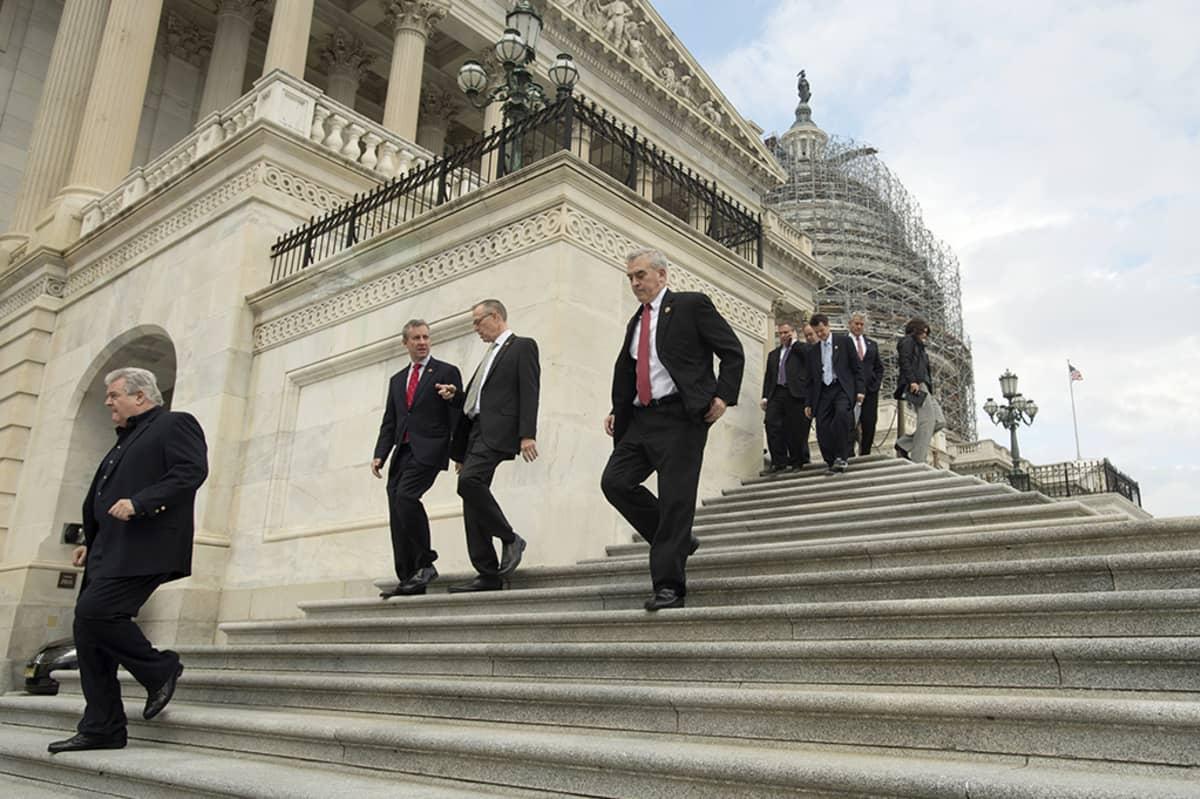 Kongressin jäsenet ja avustajat poistuvat viimeisten äänestysten jälkeen.