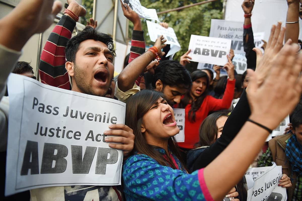 Ihmiset osoittivat mieltään alaikäisen raiskaajan vapauttamista vastaan Delhissä 21. joulukuuta.