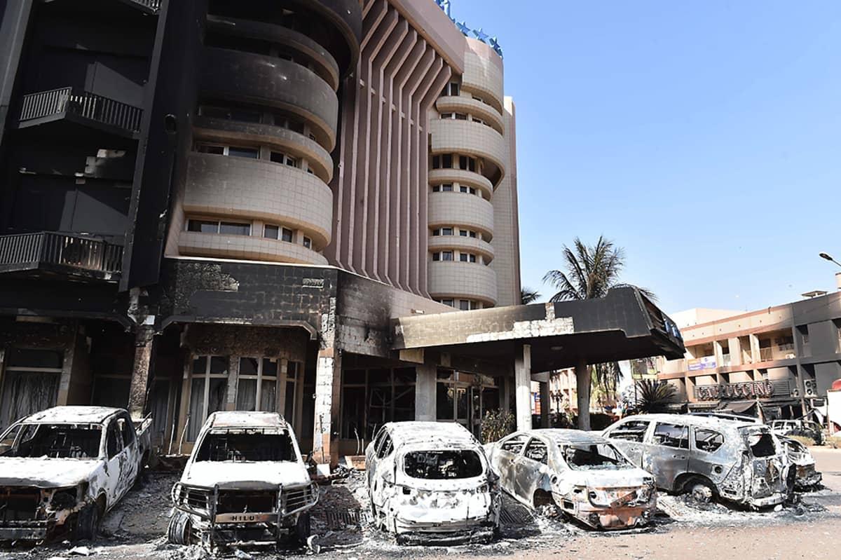 Palaneita autoja Splendid Hotelin ja Cappuccino-ravintolan ulkopuolella lauantaina 16. tammikuuta. Hotellin ja ravintolan julkisivut ovat nokeentuneet pahoin.