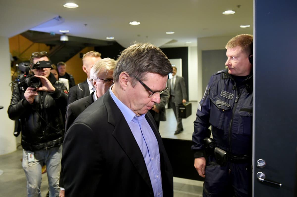 Jari Aarnio saapumassa Helsingin käräjäoikeuteen marraskuussa 2015.