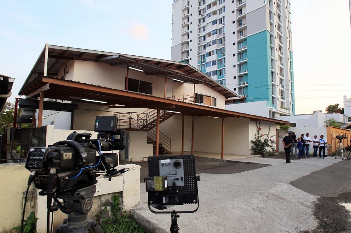 Toimittajat ja poliisit kerääntyivät Mossack Fonescalle kuuluvan rakennuksen ulkopuolelle pääkaupunki Panamassa sen jälkeen, kun viranomaiset olivat tehneet sinne ratsian.