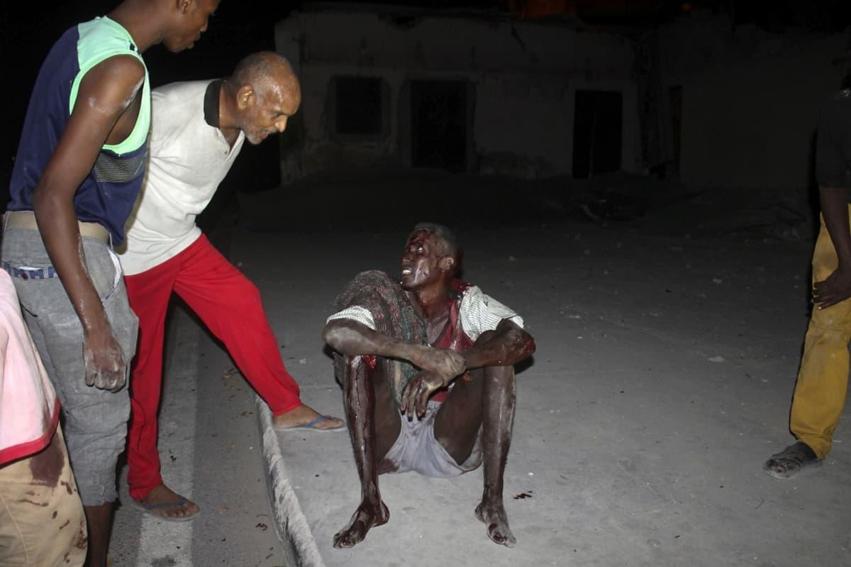 Haavouttunut mies istuu verissä päin maassa.