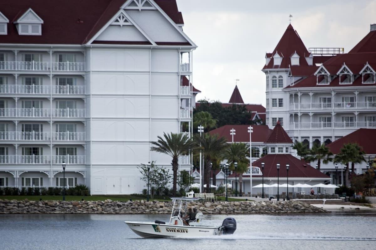 Pikkupoikaa etsittiin rannan tuntumasta Grand Floridian Resort & Spa -lomakeskuksessa Orlandossa, Floridassa. Poliisien etsintävene liikkeellä.