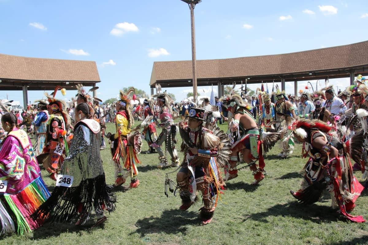 White Shieldin perinnejuhlat järjestetään joka vuosi, mutta Yhdysvaltain ja Kanadan alkuperäisväestö järjestää pow-woweja myös perhepiirissä.