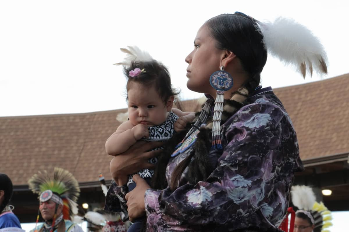 Äiti ja lapsi osallistuivat pow wow -juhliin White Shieldissa Pohjois-Dakotassa.
