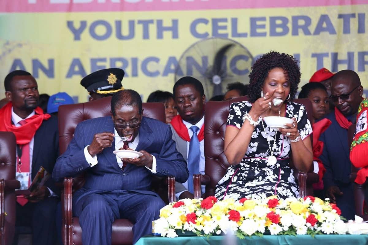 Kuvassa Robert Mugabe ja hänen vaimonsa Grace Mugabe syövät täytekakkua presidentin 92-vuotissyntymäpäiväjuhlassa.