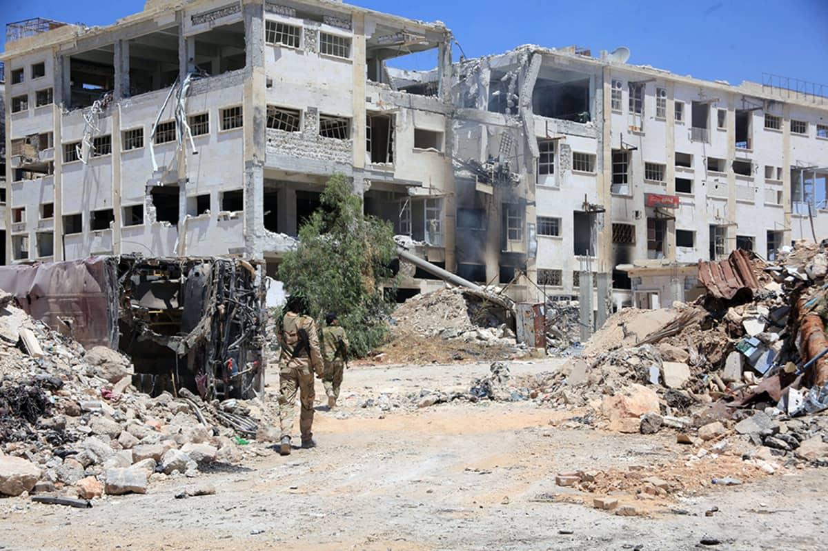 Syyrian hallituksen sotilaat partioivat al-Layramounin ja Bani Zeinin alueilla Aleppon pohjoisosissa.