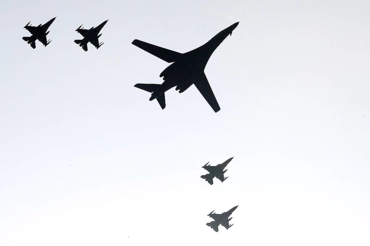Toinen kahdesta Yhdysvaltain B-1B Lancer -pommikoneista neljän Etelä-Korean F-15K-hävittäjän saattelemana Osanin lentotukikohdan yllä Etelä-Koreassa 13. syyskuuta.