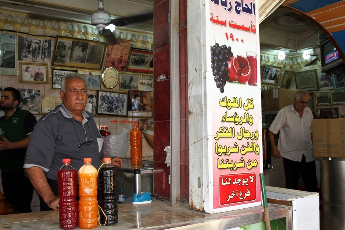 Mies myy tuotemehua kojussa Bagdadissa, Irakissa.