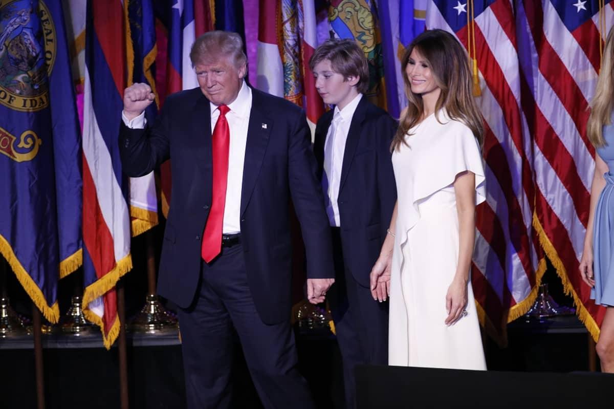 Donald Trump perheensä kanssa vaalivalvojaisissa New Yorkissa.