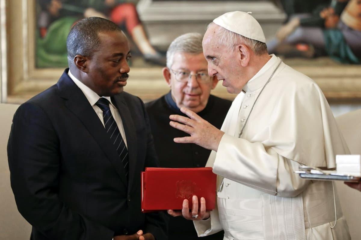 Joseph Kabila kuuntelee kun paavi Franciscus juttelee.
