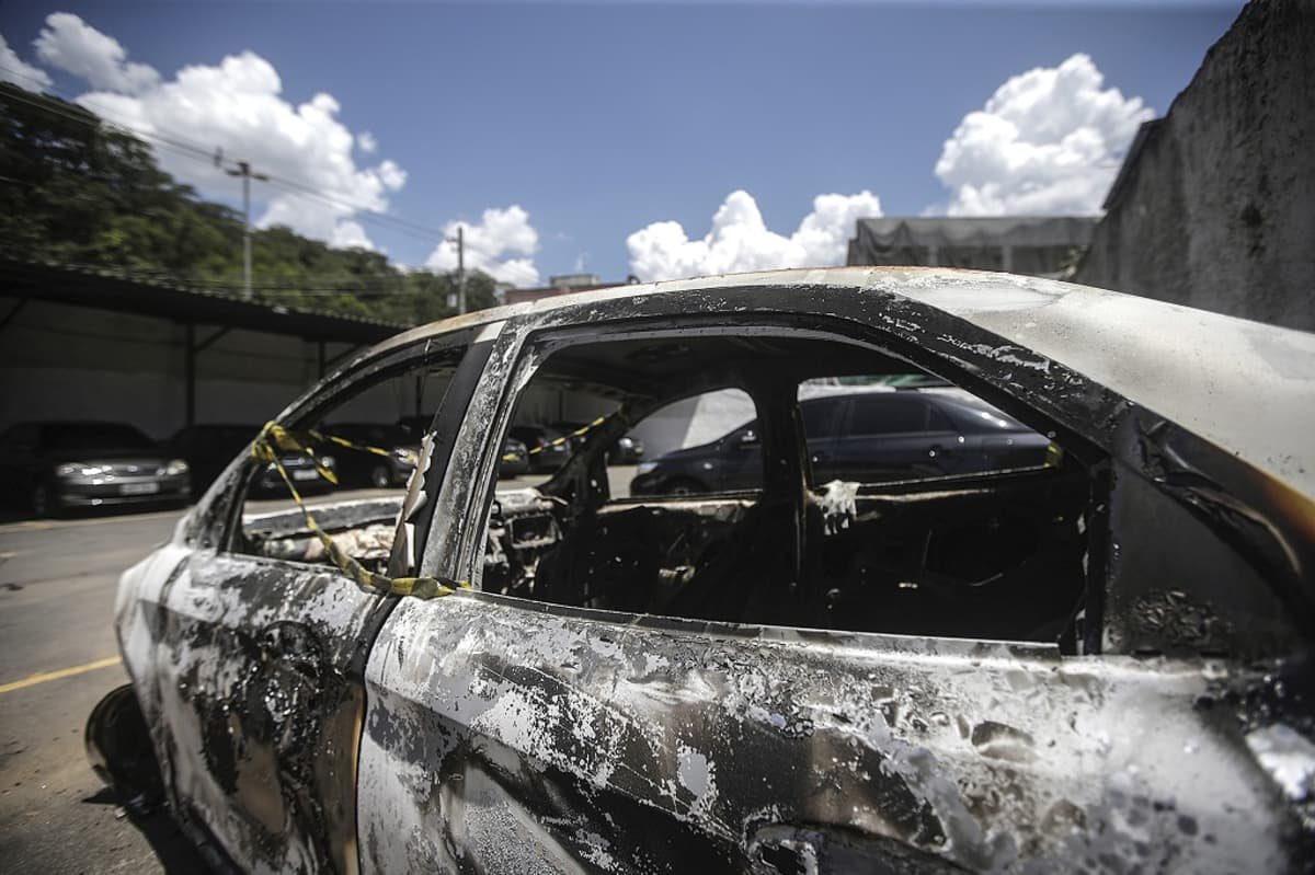 Palanut auto, josta löydettiin Kreikan suurlähettilään Kyriakos Amiridisin ruumis Brasilian pääkaupungin Rio de Janeiron esikaupunkialueelta 30. joulukuuta 2016.