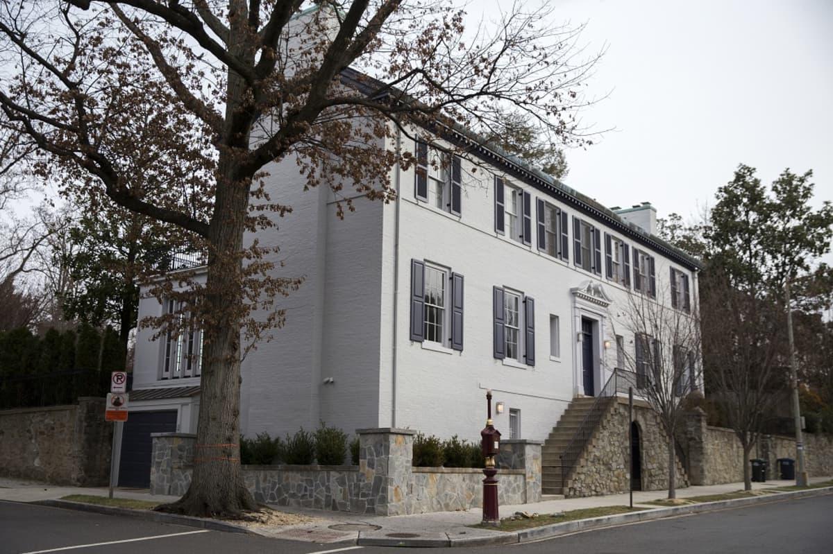 Ivanka Trump ja hänen aviomiehensä ostivat viisi ja puoli miljoonaa dollaria maksaneen talon Washingtonista läheltä Valkoista taloa.