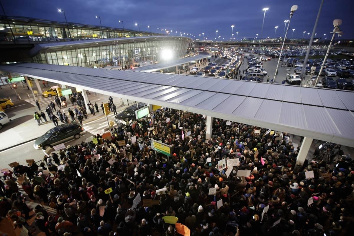 John F. Kennedyn lentokentän mielenosoitus presidentti Donald Trumpin toimia vastaan New Yorkissa.