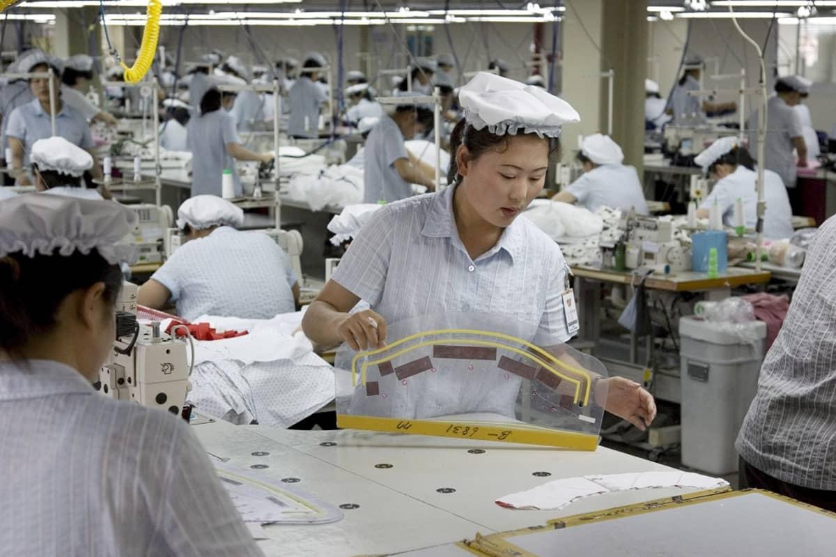 Pohjoiskorealaisia tekstiilitehtaan työntekijöitä arkistokuvassa 2007. Tekstiilit ovat yksi Pohjois-Korean ainoita ulkomaisen valuutan lähteitä.