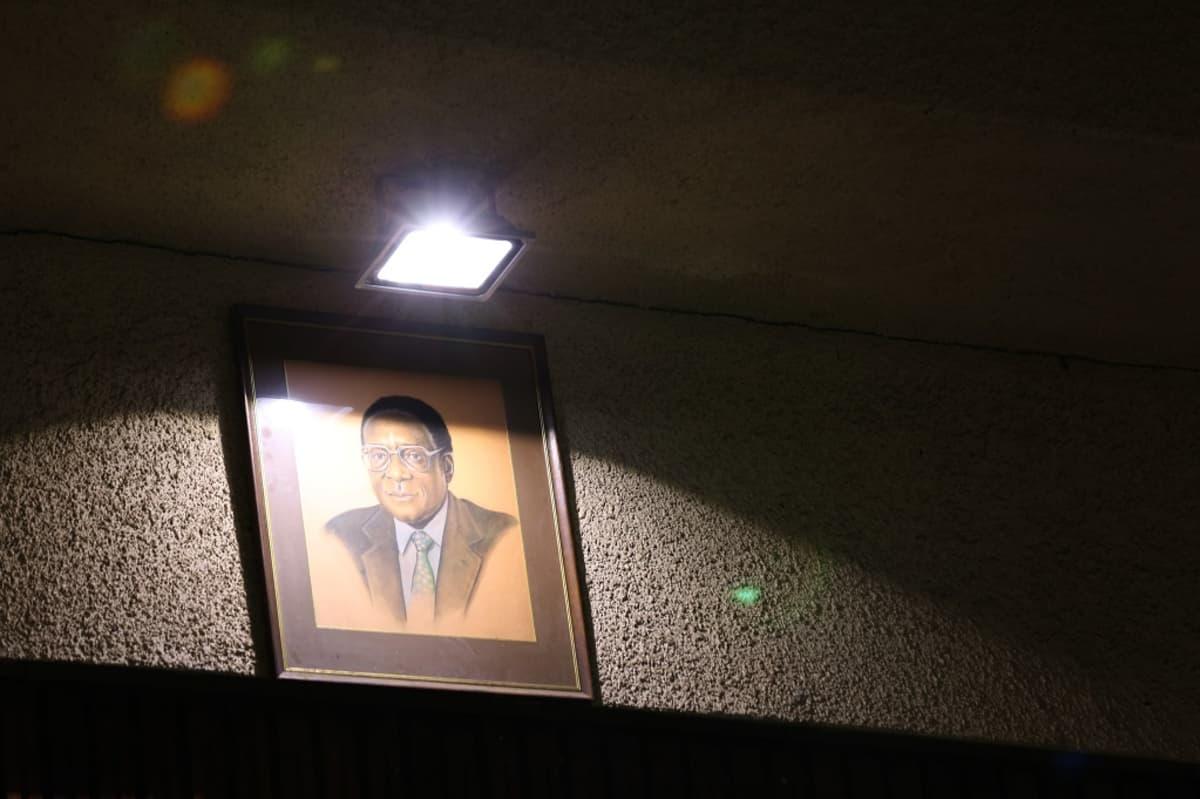 Robert Mugaben kuva seinällä Zimbabwea hallitsevan puolueen kokouspaikalla Hararessa sunnuntaina 19.11.2017.