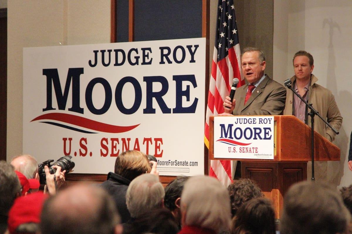 Roy Moore vaalivalvojaisissaan.