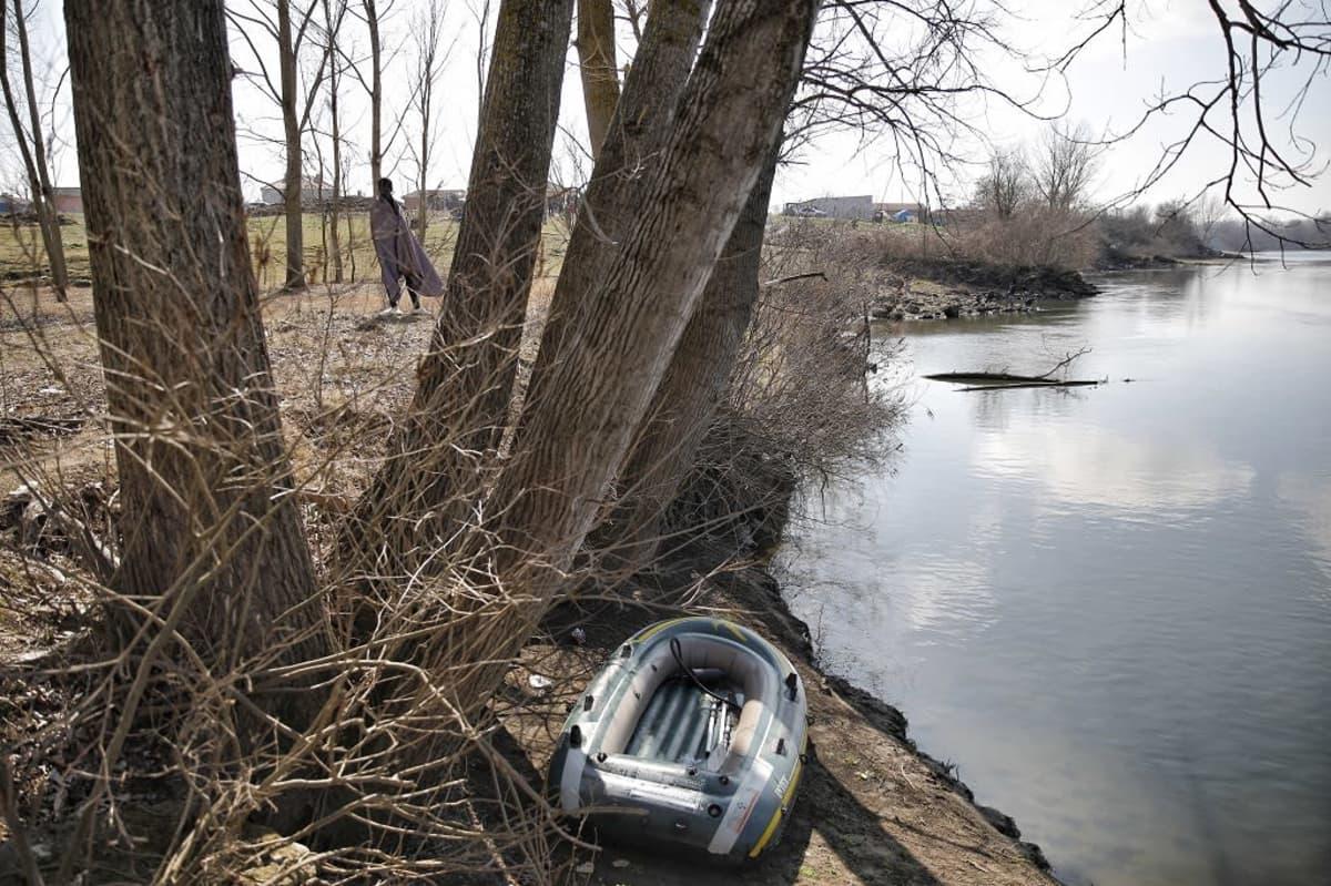 Pieni kumivene hylättynä Évros-joen rannalla.