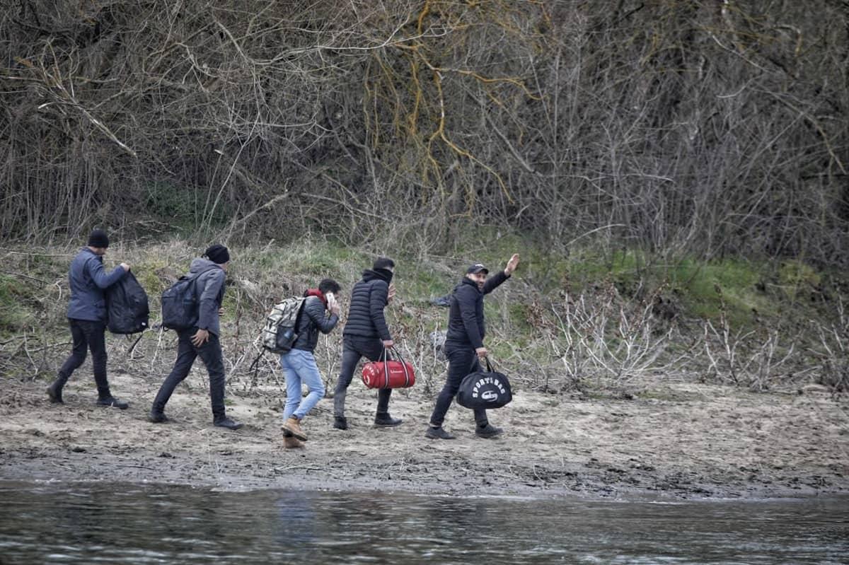 Évros-joen Turkista Kreikkaan ylittäneitä pakolaisia.