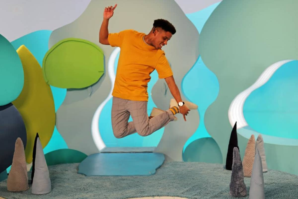 Juha-Miguel Peltomaa hypänneenä ilmaan pikkukakkosen studiolla