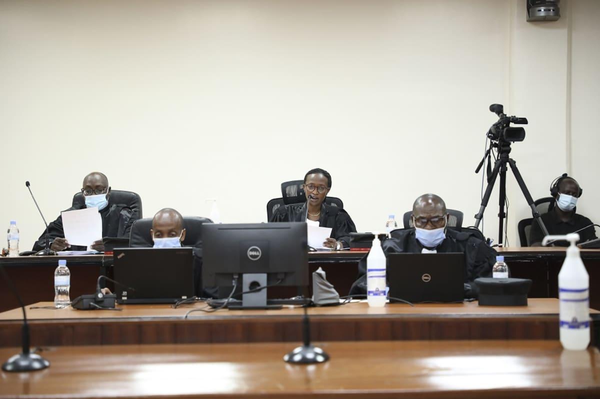 Kuvassa on neljä tuomaria maskit kasvoillaan.