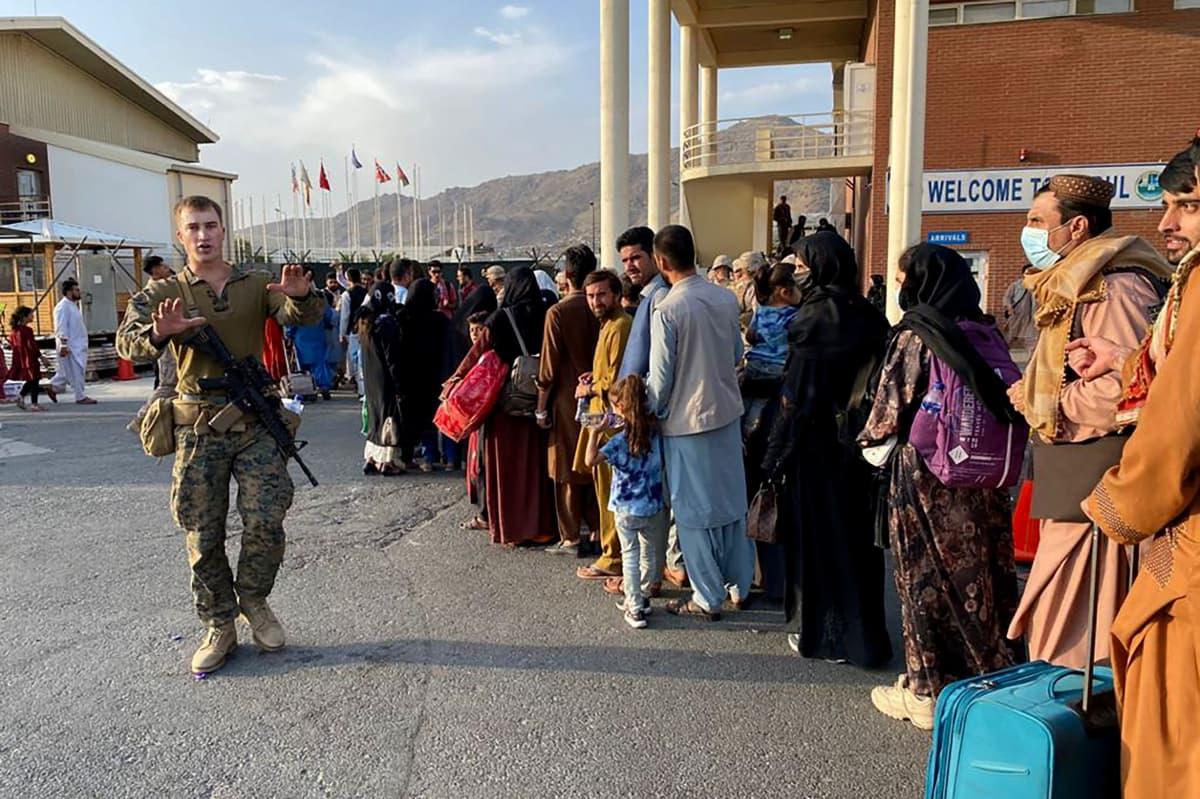 Afganistanilaiset jonottavat Yhdysvaltain armeijan evakuointilennolle Kabulin lentokentällä.