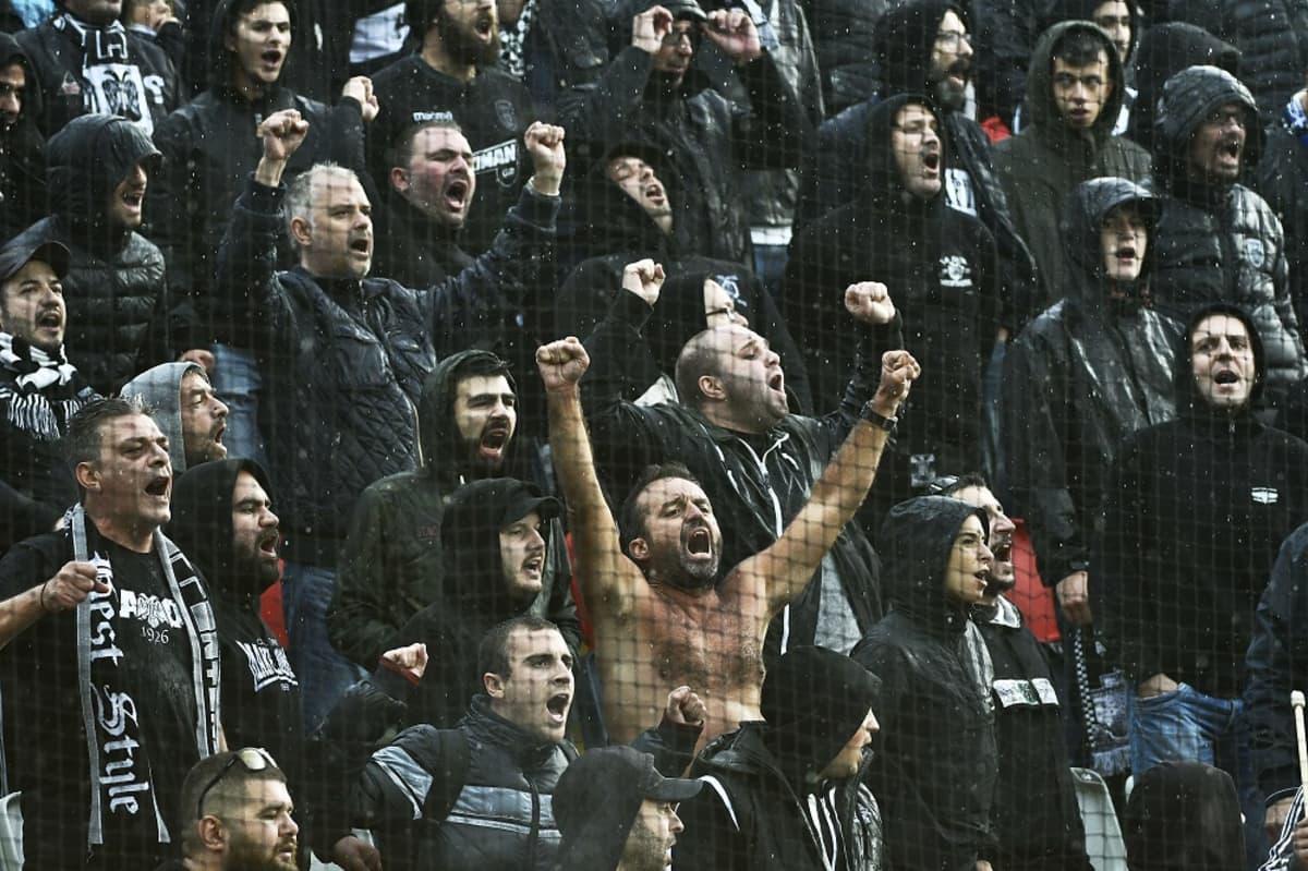 PAOK Thessalonikin kannattajia kuvassa