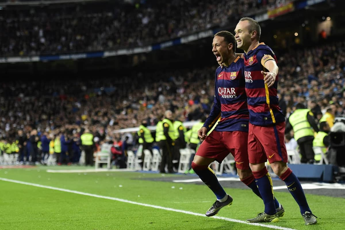 Barcelonan Andres Iniesta ja Neymar juhlivat.