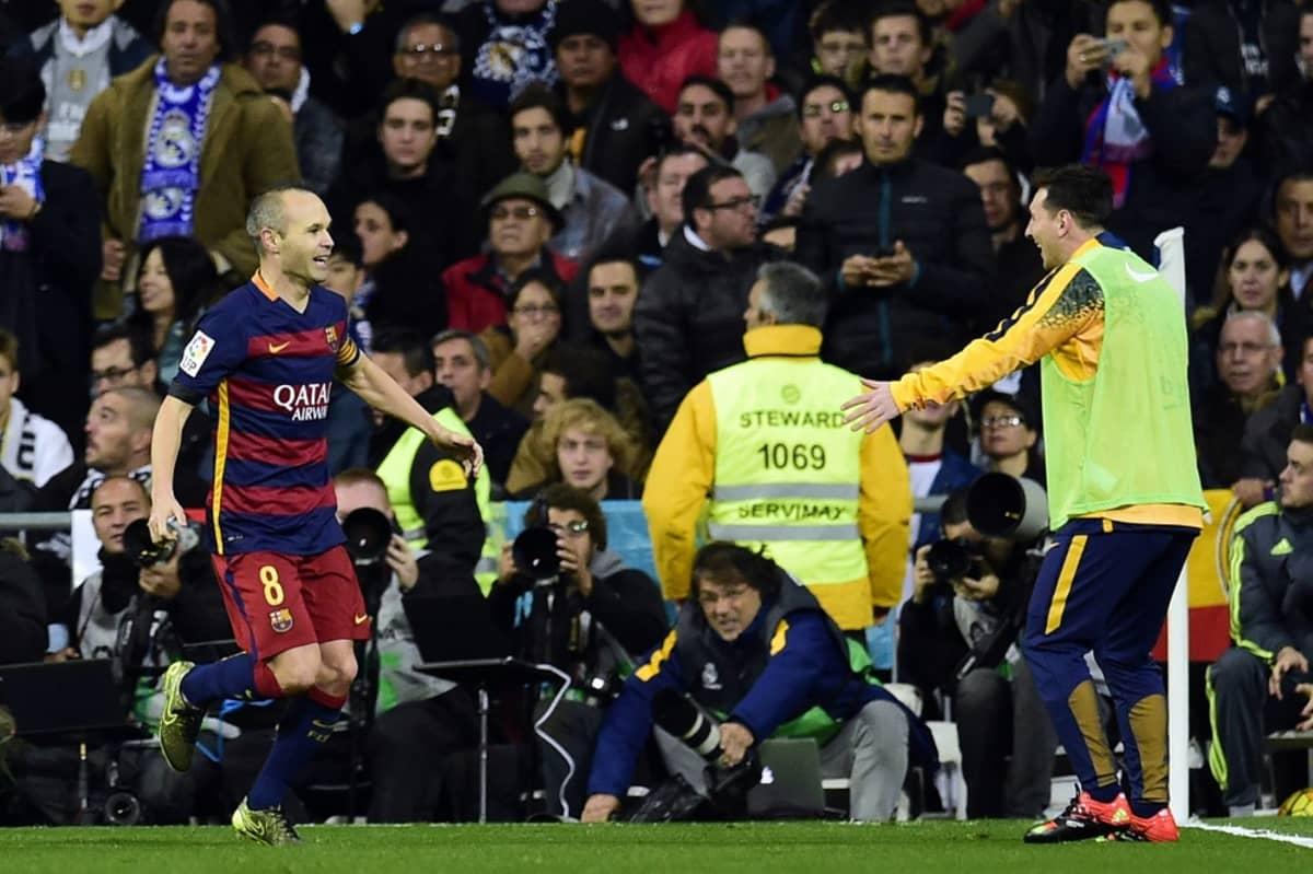 Barcelonan Andres Iniesta ja vaihdossa aloittanut Lionel Messi juhlivat.