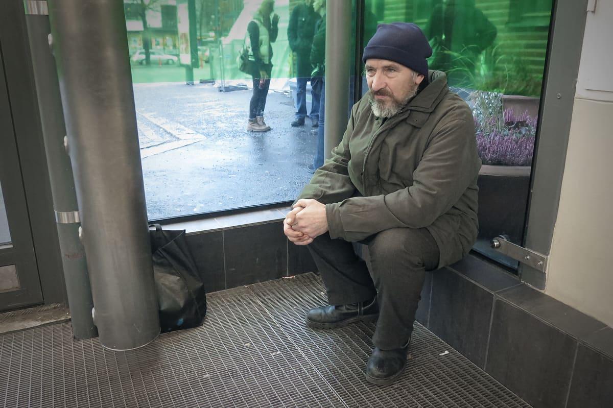 Asunnoton Hessu istuu Tampereen rautatieasemalla