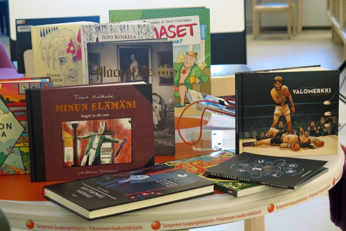 Sarjakuvakirjoja pöydällä