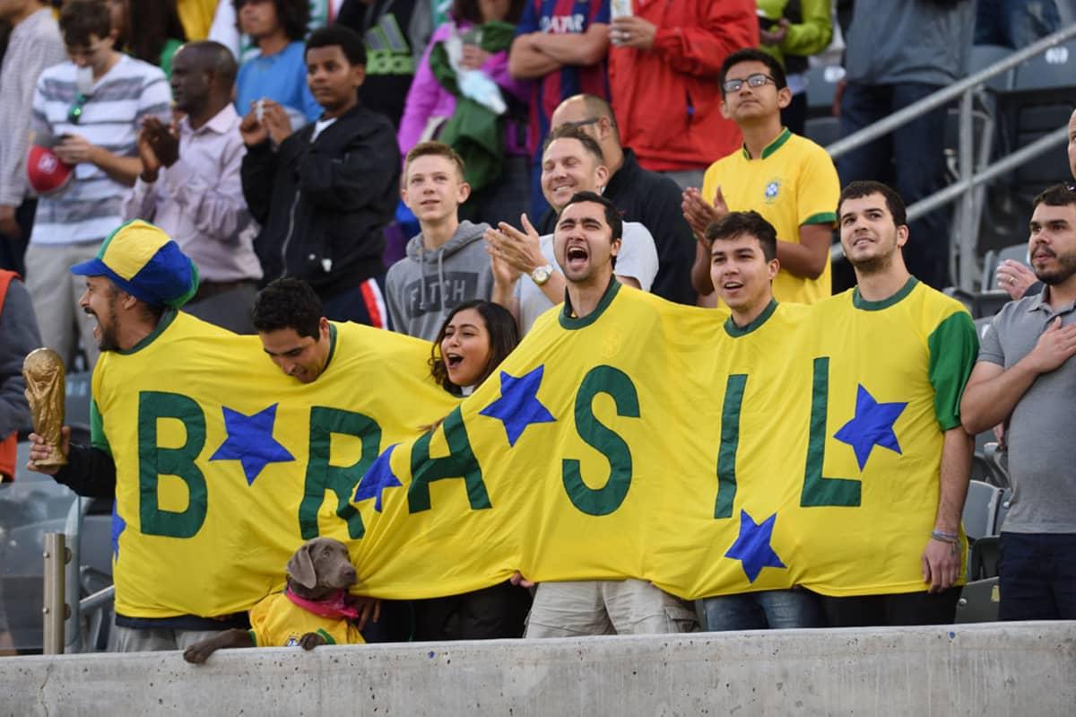 Brasilian kannattajia katsomossa.