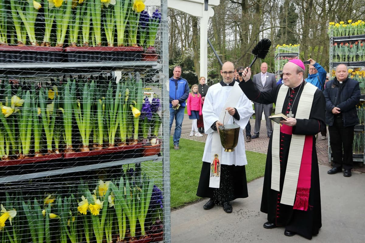 Piispa siunasi Italiaan pääsiäismessua varten vietäviä narsisseja.