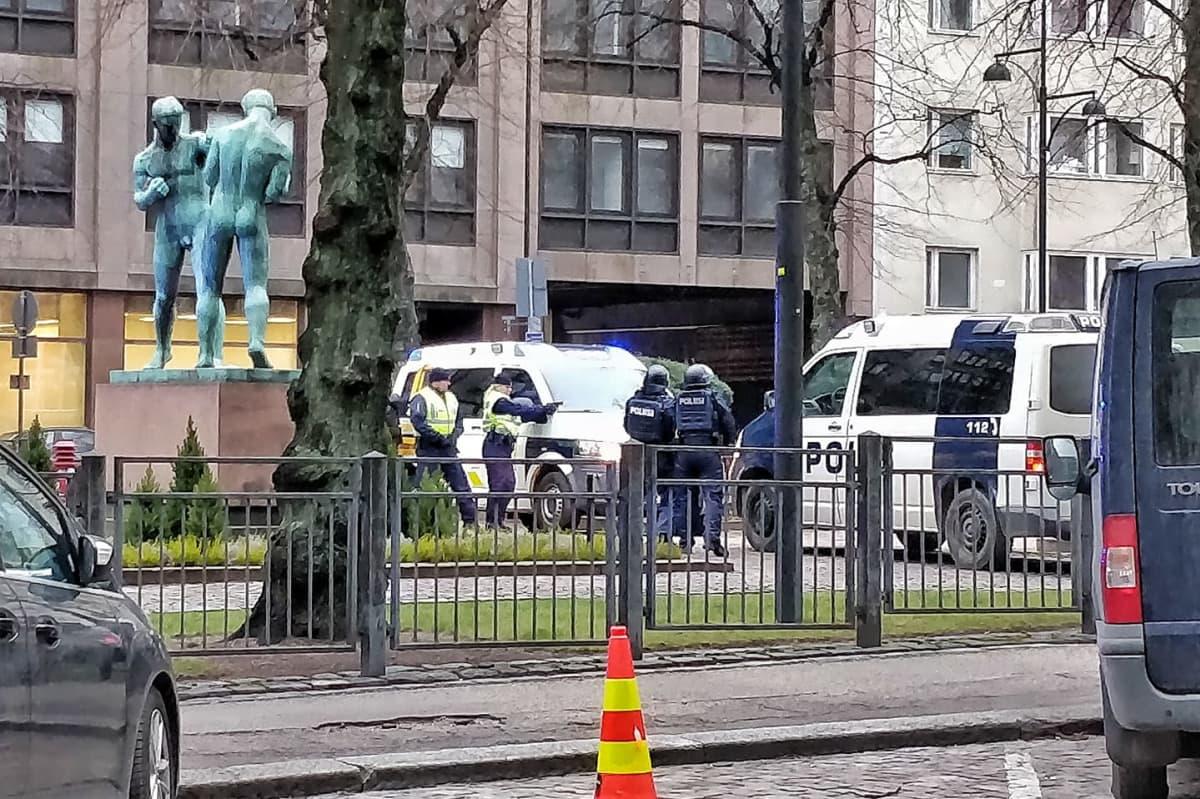 Poliiseja TV-sarjan kuvauksissa Paasivuorenkadulla Helsingin Hakaniemessä.