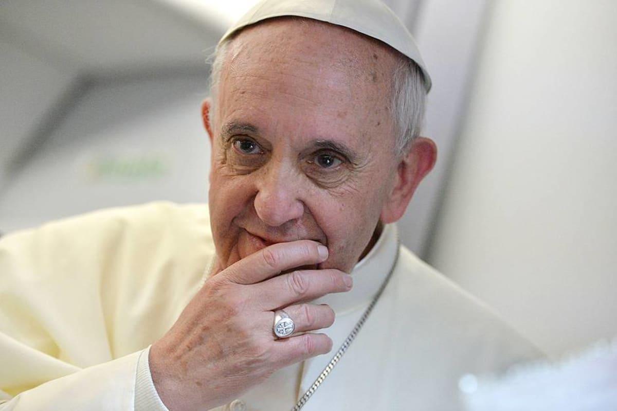 Paavi Franciscus lentokoneessa paluumatkalla Brasiliasta takaisin Vatikaaniin.