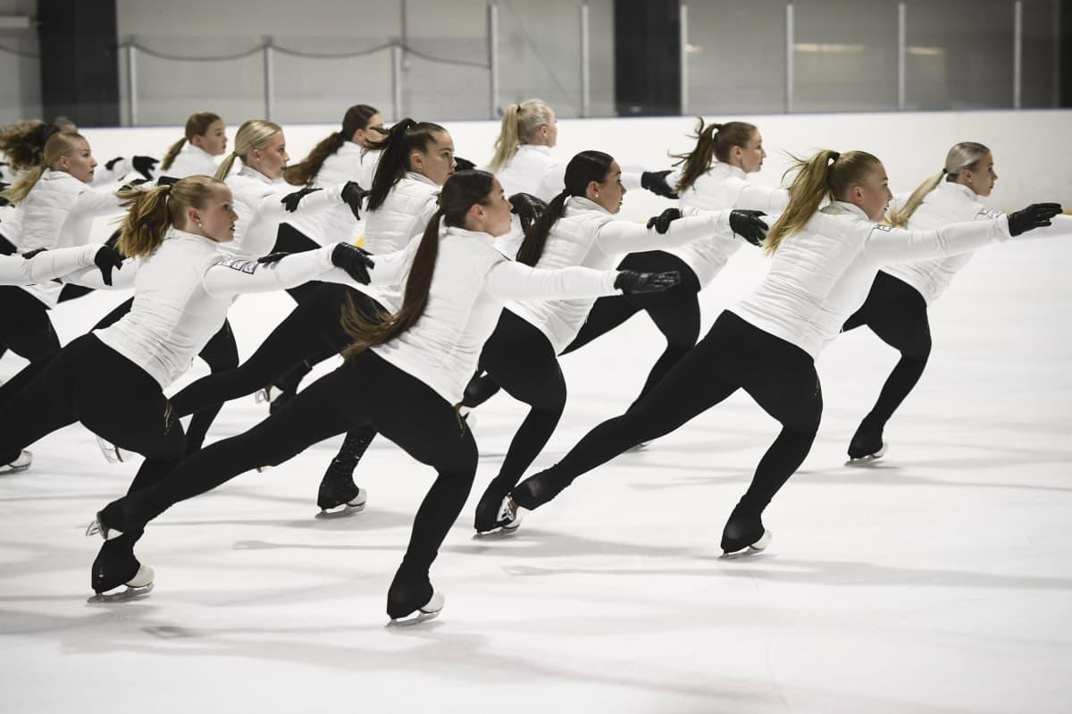 Muodostelmaluistelujoukkue Rockettes harjoituksissa Helsingissä.