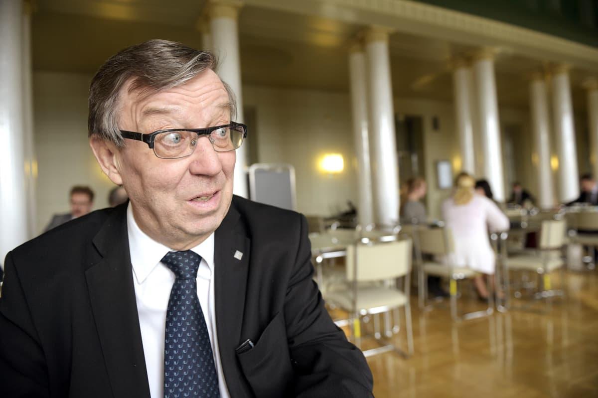 Kansanedustaja Kari Rajamäki 10. maaliskuuta eduskunnan kahviossa.