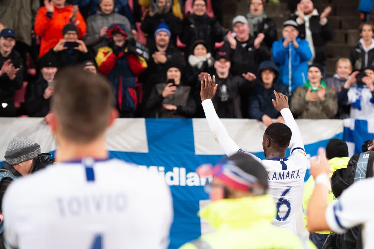 Glen Kamara juhlii Suomen voittoa kannattajien kanssa.