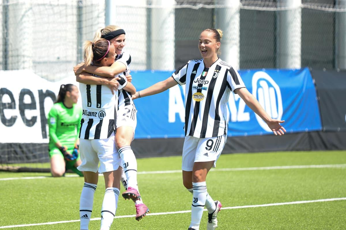 Juventuksen Tuija Hyyrynen hyppää joukkuekaverinsa syliin juhlimaan maalia.