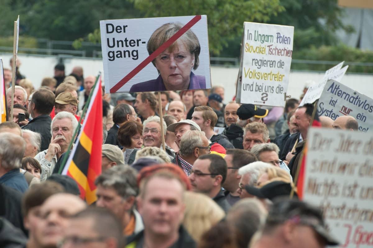 Islaminvastaisen Pegida-liikkeen mielenosoitus Dresdenissä 12. syyskuuta.